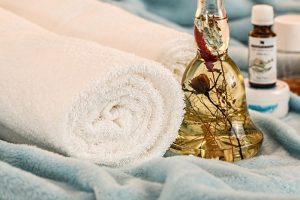 akcesoria do masażu, ręcznik i olejki, masaż Wrocław