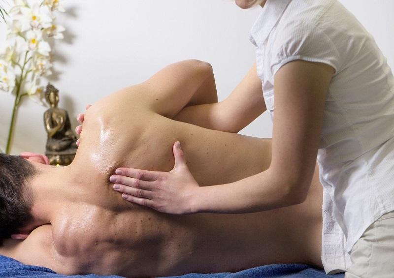 masażystka masuje plecy klienta masaż Wrocław
